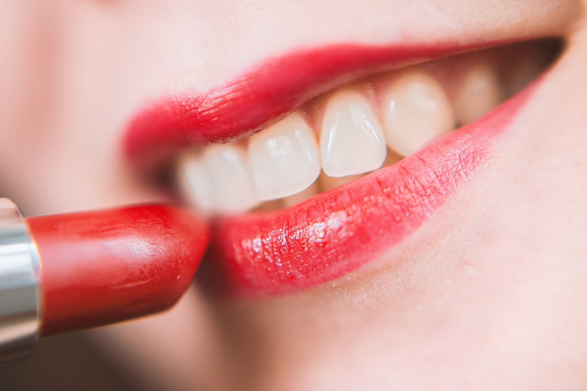 Domowe iprofesjonalne sposoby nawybielenie zębów